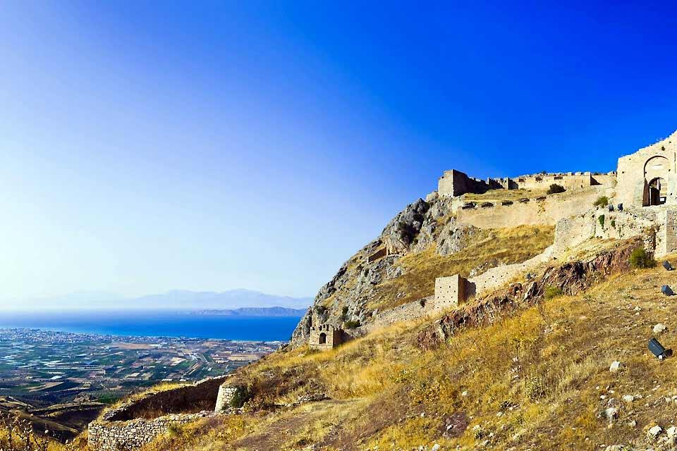 Die Region von Korinth stellt meist die erste Etappe einer Rundfahrt dar, wenn man aus Athen kommt. Sie ist vor allem interessant für Archäologieliebhaber. Andere sind oft ein wenig enttäuscht von den großen Ruinenfeldern, die einen Großteil der Anlagen ausmachen, die diesen Teil des Landes kennzeichnen. Der Kanal von Korinth, 80 Kilometer westlich von Athen, bleibt dagegen für jeden beeindruckend. ...