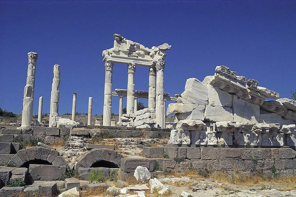 La cité antique de Corinthe conserve encore les sept colonnes doriques du temple d'Apollon.