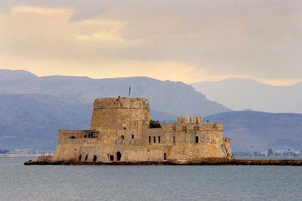 Des spectacles de sons et lumières retracent les différentes étapes historiques de la forteresse.