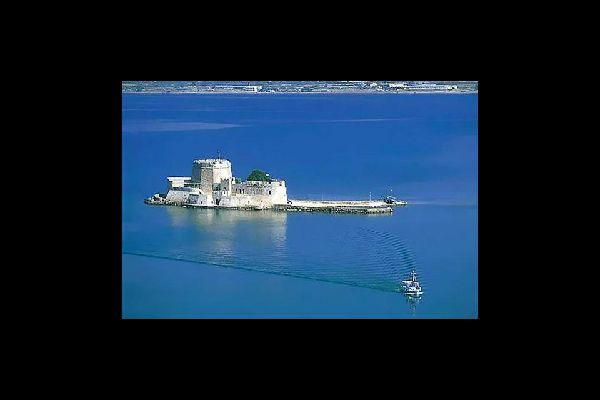 Nauplie est dominée par les forteresses d'Acronauplie et de Palamède.