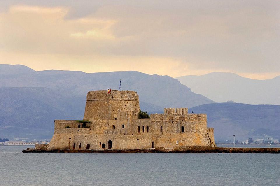 Mittels Licht- und Tonspielen wird die vielseitige Geschichte der Festung präsentiert.