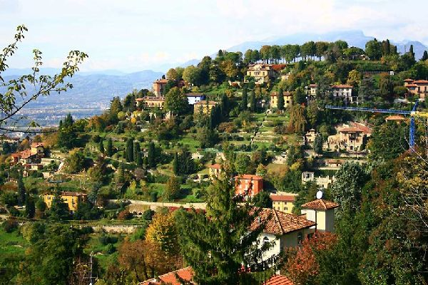The old town is built on a system of hills located at the feet of the Bergamo Alps, at the beginning of the plain.