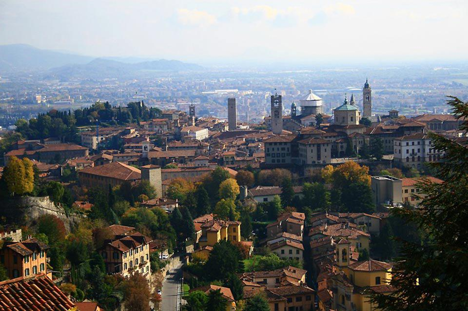 The city of Bergamo, located between the plain and the hills of the Bergamo Alps, is clearly divided into two parts: the Upper Town, with its historic centre, and the modern Lower Town.