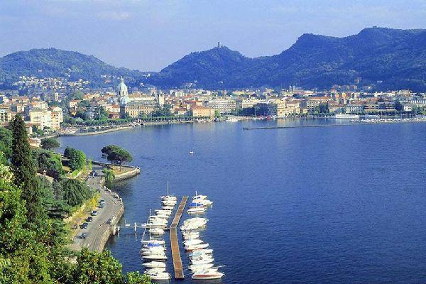 Como es, ante todo, la capital de su lago, un pequeño mundo aparte.