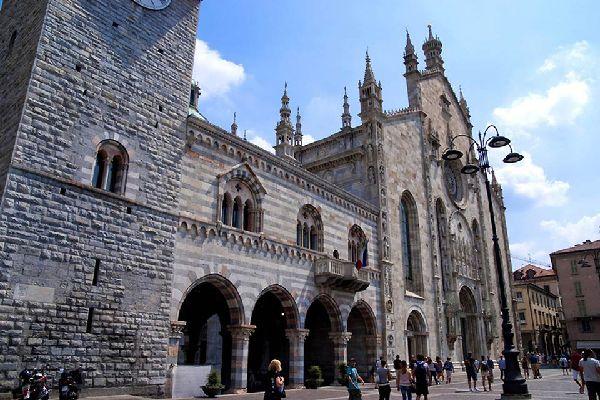Esta fotografía muestra la Piazza del Duomo y el «Broletto», la sede original, durante la época medieval, del municipio de Como.