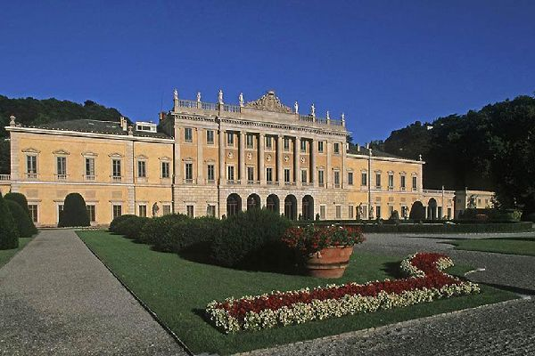 Este imponente monumento neoclásico, situado en la orilla oeste del primer lago de Como, era la residencia de los marqueses de Odescalchi.