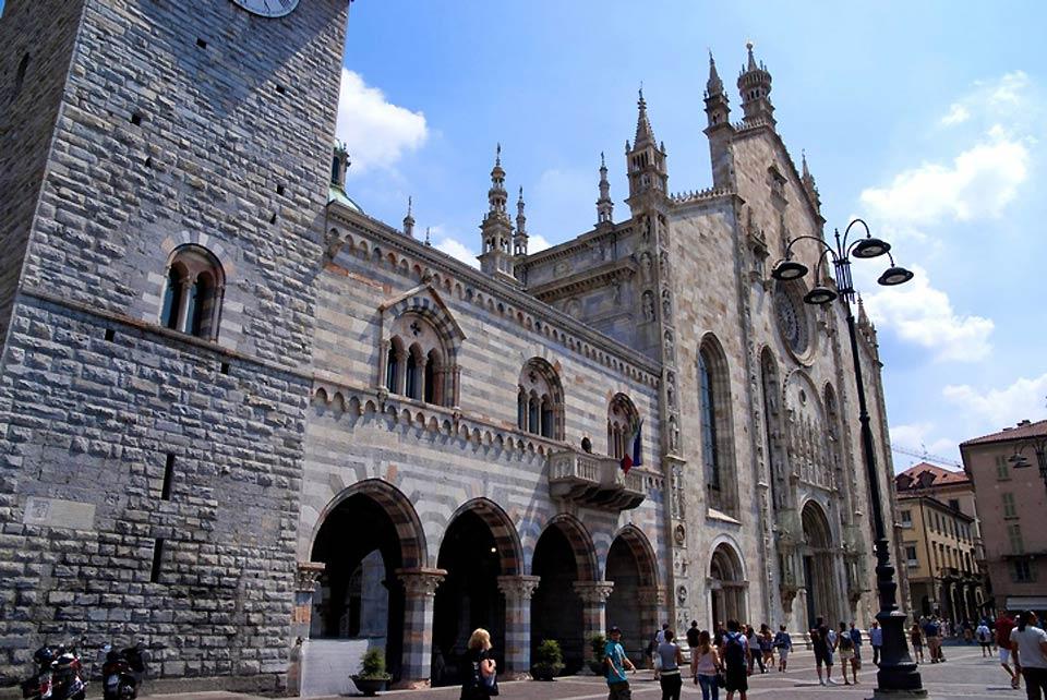 Dieses Foto zeigt den Piazza del Duomo und den ?Broletto?, den urspünglichen, mittelalterlichen Gemeindesitz von Como.