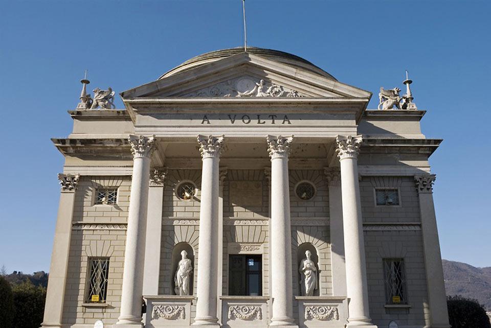 Il Tempio Voltiano si trova a Como, sul Lungo Lario Marconi. fu inaugurato nel 1928 e conserva cimeli legati all'attività del noto scienziato