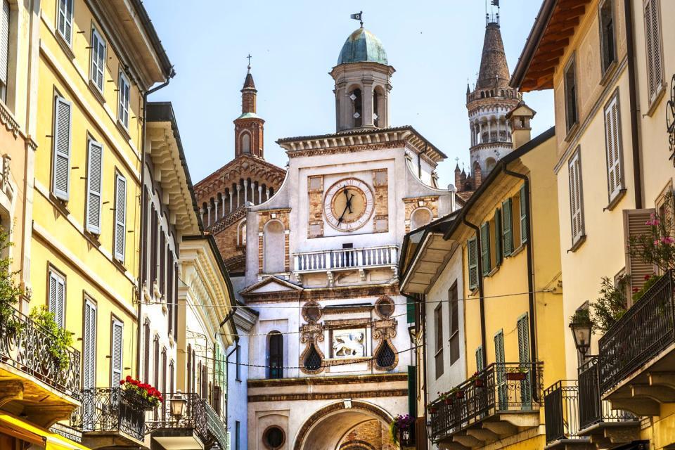 Du haut de ses 114 mètres, le Torrazzo offre un très beau panorama sur Crémone, la ville dont il est devenu l'un des symboles. L'imposante tour crénelée prend pied sur la Piazza del Comune, c'est le campanile du duomo, entouré des monuments de la ville médiévale. Le Baptistère, de forme octogonale caractéristique et la cathédrale elle-même (début 12e), exemple d'architecture romano-lombarde et gardienne ...