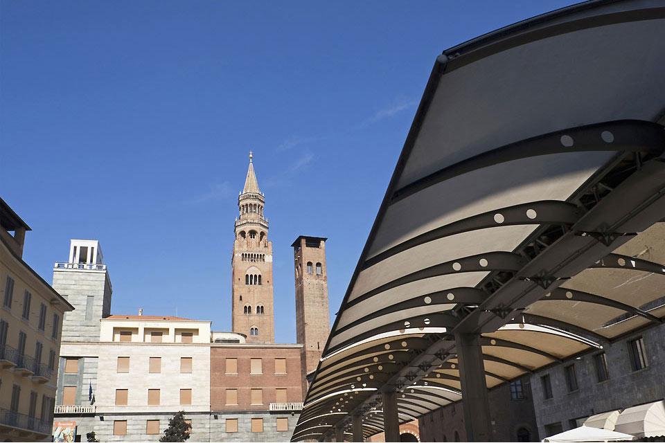 Cremona liegt im Herzen der Po-Ebene am Ufer des gleichnamigen Flusses und wurde von den Römern gegründet.