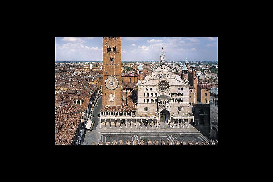 La Cathédrale de Crémone, dédiée à Santa Maria Assunta, est un vaste temple roman adapté avec des éléments gothiques, Renaissance et baroques.