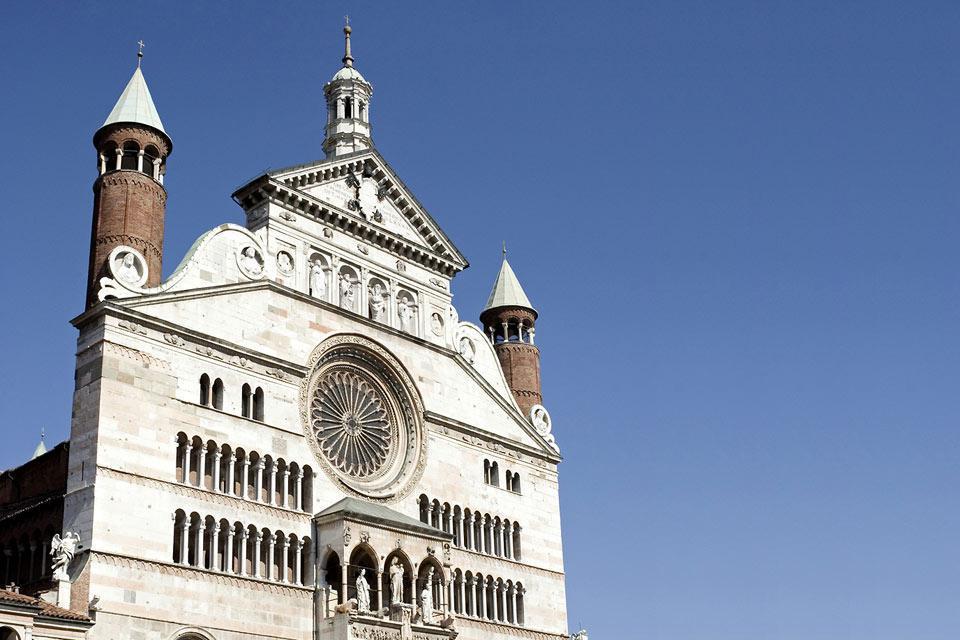 La façade de la cathédrale présente deux ordres de logettes, une rosace et un prothyron de la période gothique ainsi qu'un couronnement qui, avec le portique, date du XVIè siècle