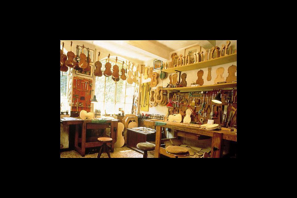 L'artisanat de Crémone est caractérisé par un grand nombre de boutiques de luthiers, spécialisées dans la production d'instruments à cordes