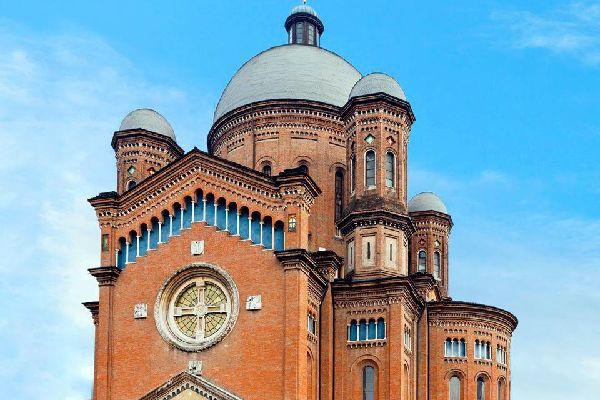 Modène, appréciée pour ses spécialités oenologiques et gastronomiques, comme le vinaigre balsamique et le Lambrusco, et connue dans le monde entier pour la Ferrari, est également une ville d'art et de culture. La Piazza Grande, avec sa cathédrale et son campanile, qui la couronnent, est inscrite par l'Unesco au Patrimoine de l'Humanité. La cathédrale (Duomo), splendide exemple d'architecture romane ...
