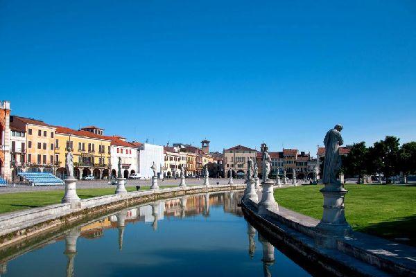 Padua ist eine Kunst- und Kulturstadt, die Sie entlang von gepflasterten Gassen, Plätzen und Sehenswürdigkeiten von schlichter Schönheit in die Vergangenheit entführt. Diese Stadt war eines der Hauptzentren der Renaissance und Entstehungsort der Weltanschauung des Humanismus, wobei man hier einige der wichtigsten Kunstwerke aus dem 14. und 15. Jahrhundert bewundern kann. Vorbei an den Fresken von Giotto ...