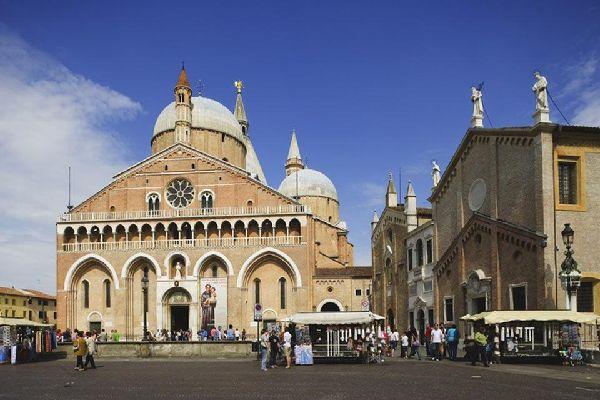 Das größte religiöse Bauwerk von Padua wurde im Jahre 1310 fertiggestellt. Jedes Jahr reisen fast 5 Mio. Pilger an diesen Wallfahrtsort. Hier befinden sich die Reliquien des Heiligen Antonius.
