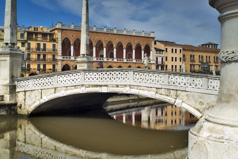 The Prato della Valle is the biggest square in Italy. A canal separatesthe island from the rest of the square.