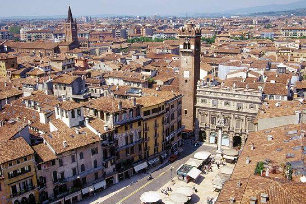 Es handelt sich um den ältesten Stadtplatz von Verona. Hier stehen der berühmte Brunnen, die Marmorsäule und der Markuslöwe.