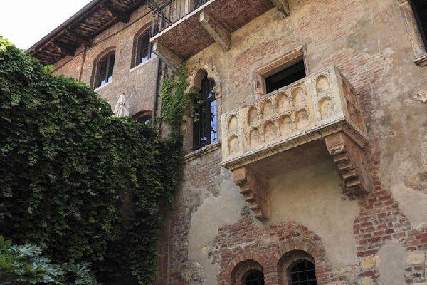 La leggenda vuole che da questo balcone Giulietta si affacciasse per scorgere Romeo oltre la siepe. Sulla casa giace ancora lo stemma medievale della famiglia Capuleti.