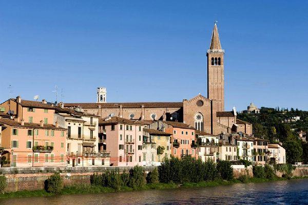 """La Chiesa di Sant'Anastasia, di stile gotico, è stata consacrata nel 1471. Contiene uno dei più importanti capolavori del Pisanello """"San Giorgio e la Principessa""""."""
