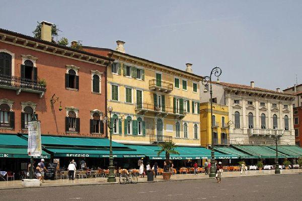 La piazza più grande di Verona si trova nel centro storico. Questa serie di palazzi affiancano il Liston, luogo delle passeggiate dei cittadini veronesi.