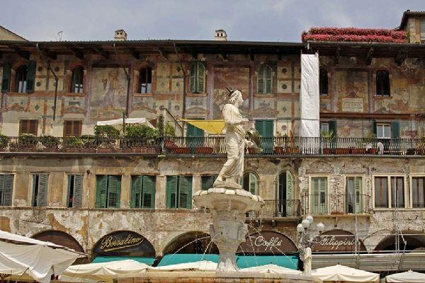 """La fontana è il monumento più antico della Piazza delle Erbe. Sulla cima di essa appare una statua di epoca romana, datata 380, soprannominata """"Madonna Verona""""."""