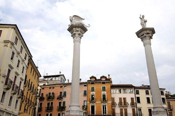 Détail de la Piazza dei Signori à Vicence, où dominent deux colonnes, l'une avec le Lion de Saint-Marc, l'autre avec le Rédempteur.
