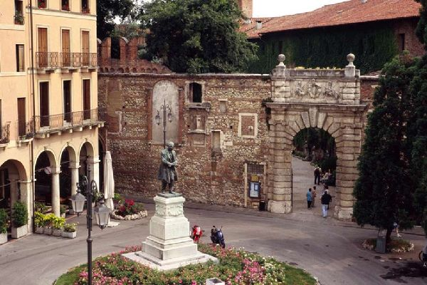 Le Théâtre Olympique a été réalisé par Andrea Palladio; sur la photo, l'entrée de Piazza Matteotti