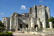 Santa Maria la Menor, con la sua facciata in pietra corallina ocra, fu la prima cattedrale eretta nel Nuovo Mondo.