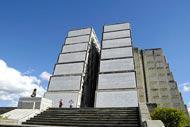 Si tratta di un edificio monumentale di cemento armato, abbastanza bruttino, a forma di croce, lungo 310 metri, largo 44 e alto 33!