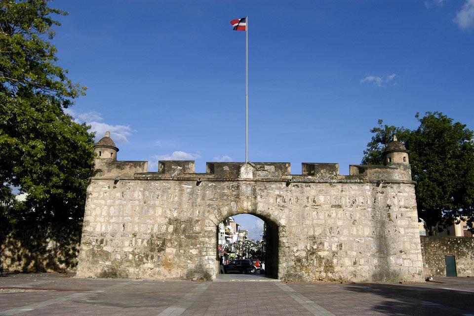 Una maestosa porta fortificata, vestigia delle antiche mura coloniali, all'estremità della strada pedonale calle del Conde.