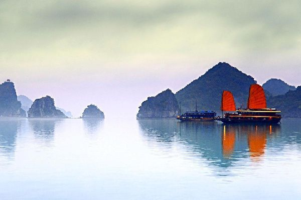 Au départ d'Hanoi, par voie maritime ou terrestre, la célèbre Baie d'Along ou Halong, considérée comme la huitième merveille du monde, accueille les touristes venus du monde entier pour une croisière dans des eaux turquoises parsemées d'îlots sortis d'on ne sait où. Etape indispensable à votre voyage au Vietnam, la Baie d'Along, terrestre ou maritime, vous transportera dans une atmosphère mystérieuse? ...