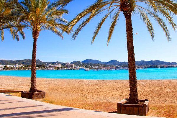 Sur la côte ouest d'Ibiza, la station balnéaire de San Antonio constitue le deuxième pôle touristique de l'île. Près de la marina, l'oeuf de Colomb est le véritable coeur de la ville, un point de repère incontournable entre l'agréable promenade maritime longeant la plageet son port, l'un des plus actifs des Baléares. Ce long ruban côtier très urbanisé est aussi le fief incontesté de la jeunesse ...
