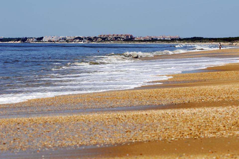 Sur la Costa de la Luz à l'extrême ouest de l'Andalousie, Punta Umbria se trouve à à mi-chemin entre Faro au Portugal (à 60 km) et Huelva (à 50 km). Cette station balnéaire borde une splendide et immense plage de sable fin, à proximité de la Flécha, un cordon dunaire sauvage entre la rivière Piedras et l'océan Atlantique....