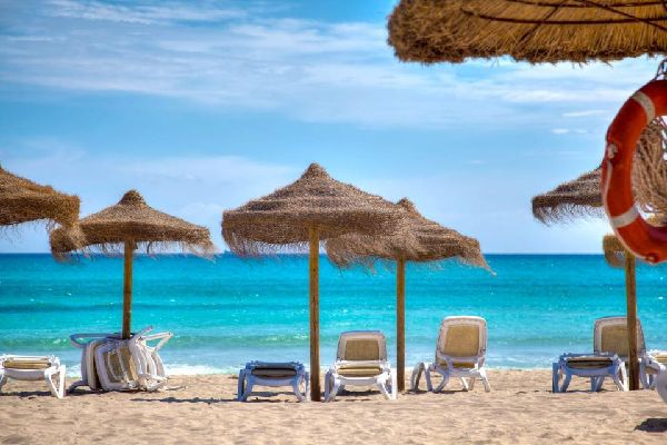 Au nord de Majorque, la playa de Muro est la plus longue plage des Baléares : 12 km entre Can Picafort et le port d'Alcudia ! En haute saison, ce sont près de 100 000 personnes qui profitent de cette immense et belle plage où les montagnes se dessinent au loin. De nombreux hôtels y ont élus domicile dont un Framissima, un Be Live et quatre Iberostar....