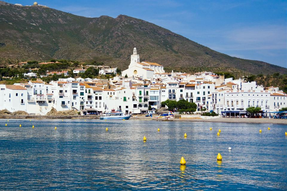 Cadaqués est le village de Dali ! Niché au coeur du Cap de Creus, il fut une source d'inspiration intarissable pour le plus loufoque des surréalistes.