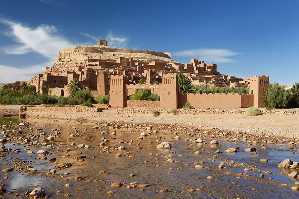 Ultima tappa prima del deserto, Ouarzazate non è in sé particolarmente interessante. I dintorni, al contrario, meritano di essere visti.