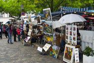 Esta plaza acoge a numerosos artistas de pintura y caricatura siempre dispuestos a hacerte un retrato.