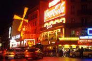 Pigalle sigue atrayendo a los turistas con sus cabarets, como el Moulin Rouge, y su vida nocturna.
