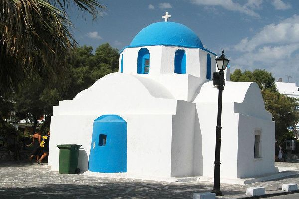 Come il resto dell'isola di Paros, Parikia comprende un gran numero di chiese risalenti all'epoca post-bizantina.
