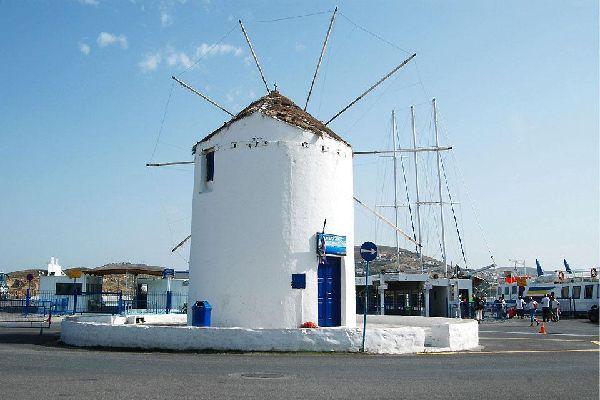 Come tutte le altre isole della regione, anche Paros possiede i suoi celebri mulini, tipici della regione delle Cicladi.