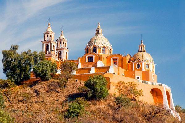 Prospera città coloniale, Puebla è conosciuta per la magnifica architettura barocca del suo centro storico (con molti palazzi ricoperti di azulejos), per gli antichi conventi e il sito archeologico di Cholula....