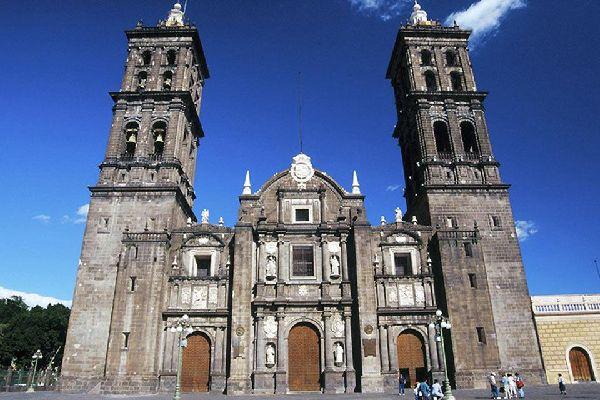 La Cattedrale, esempio di architettura barocca, è del periodo coloniale. Le sue due torri sono le più alte di tutto il Messico.