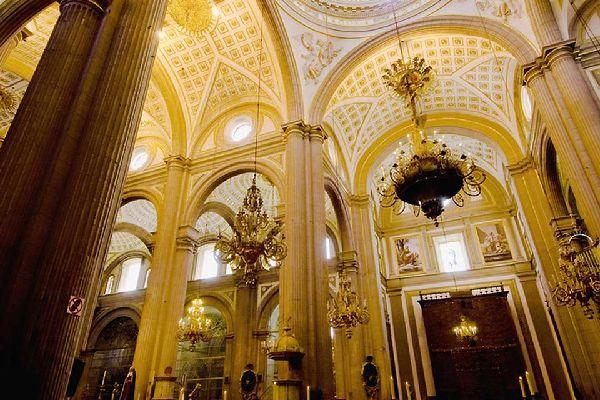 La cattedrale contiene molte opere realizzate all'interno delle 14 cappelle laterali e nell'altare maggiore.