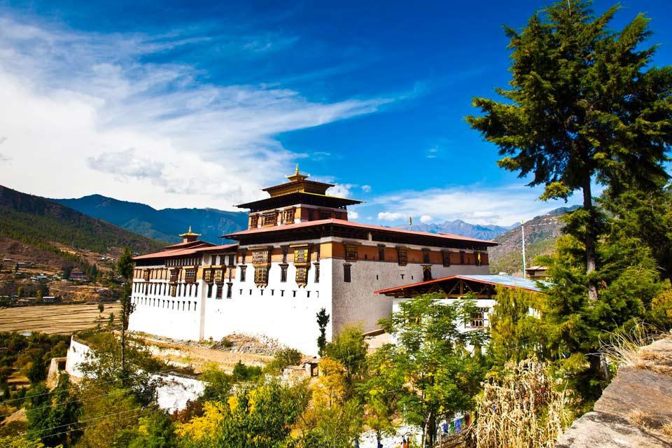 Comme presque toujours au Bhoutan, le village de Paro s'est développé autour du dzong, au milieu des années 80, et il n'y a guère qu'une rue principale commerçante. La ville vaut donc uniquement pour ses monastères et son Musée national, hébergé dans l'ancienne tour de guet, construite en 1650. Sa visite est incontournable et c'est une excellente introduction à la richesse culturelle du pays. Le musée ...