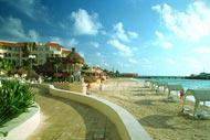 Une promenade permet de longer la plage avant d'accéder au village.