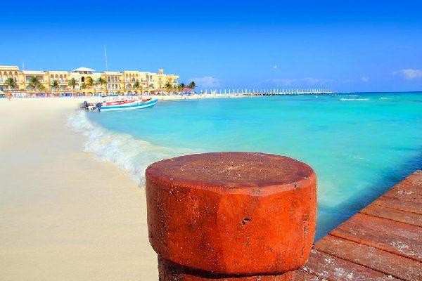 Aujourd'hui grand bourg ou petite ville de la côte Turquoise, Playa del Carmen n'étaitjadis qu'un minuscule village de pêcheur. Son port d'embarquement pour Cozumel, l'île au récif corallien classé deuxième mondial, a largement contribué à son développement. La ville est désormais le centre névralgique de la Riviera Maya. Le centre historique, très animé, offre de petits établissements hôteliers ...