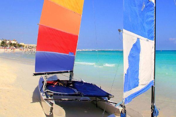 A l'origine un village de pêcheurs, la ville attire aujourd'hui  les amateurs de sports nautiques.