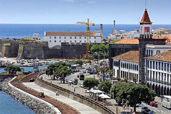 La promenade de Ponta Delgada est le symbole du dynamisme de la ville et son adaptation aux temps modernes. On peut aussi y visiter la chapelle de l'esperança.