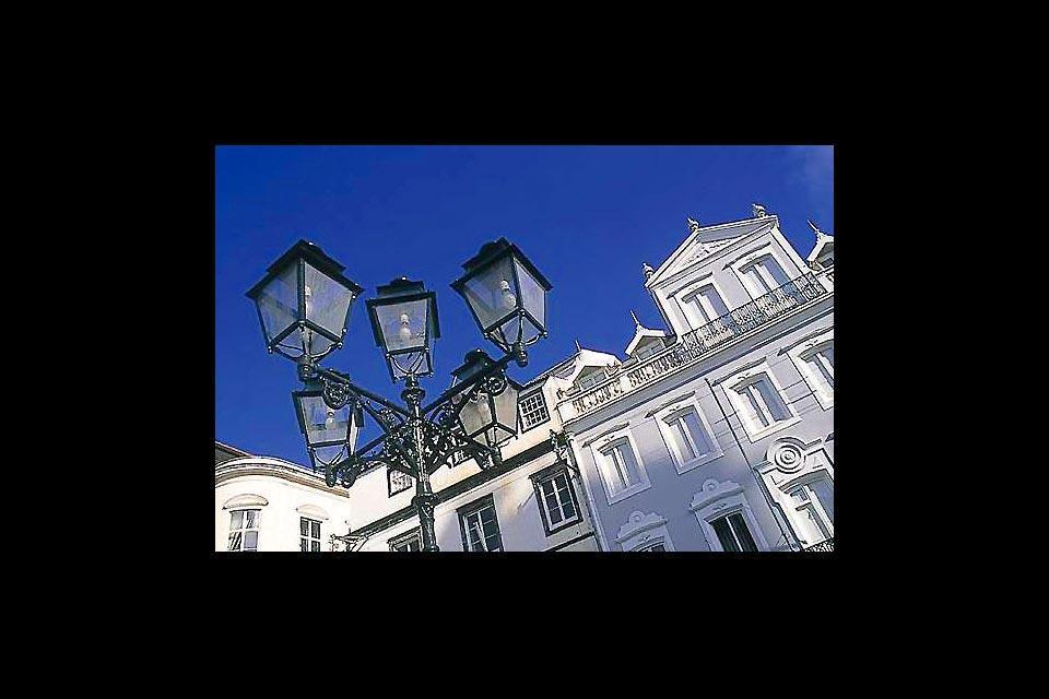 Ponta Delgada est une ville aux multiples visages où la tradition cohabite avec la modernité et l'esprit cosmopolite.